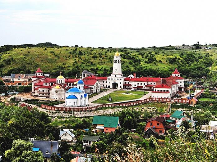 Вид на монастырь со стороны реки Волга